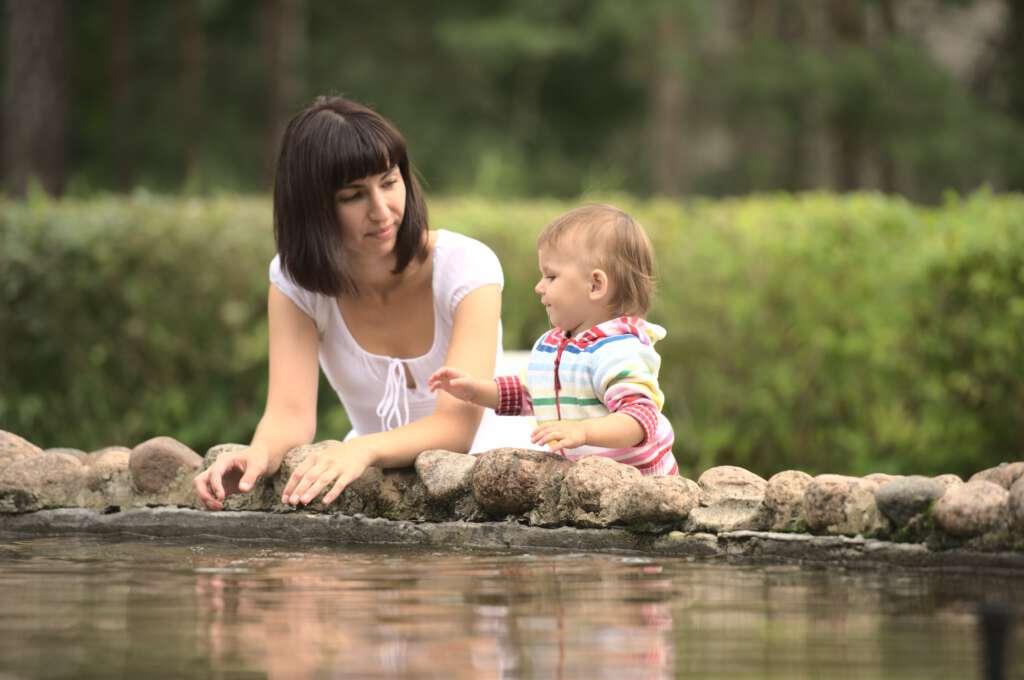 Dziecko i mama nad wodą