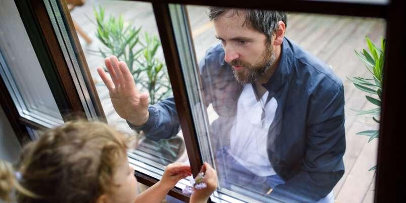 Mężczyzna widuje się z dzieckiem przez szybę