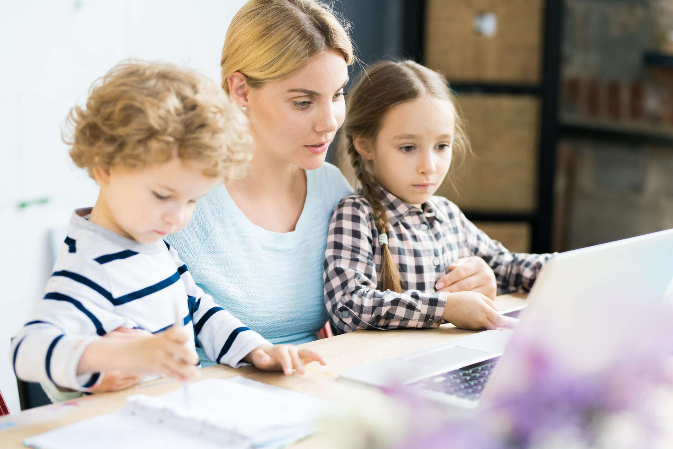 matka i dziecko odrabiają lekcje